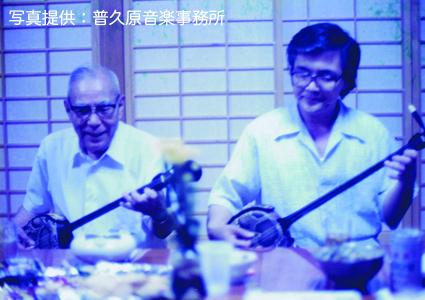 三絃を弾く朝喜と恒勇(昭和50年頃)